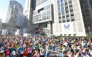 晴天のなか、都庁前をスタートする東京マラソンのランナー(26日午前、東京・西新宿)