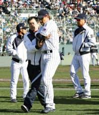 内川(中央)は八回、一塁守備で打者走者と交錯して負傷した=共同