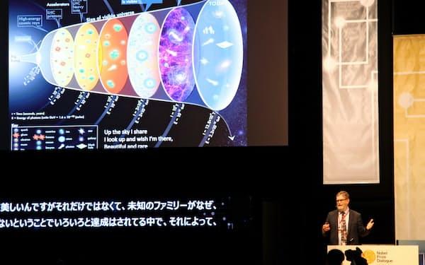 人間の知と科学・技術の偉業をテーマに講演する物理学賞受賞者のジョージ・スムート氏