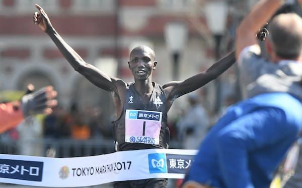 2時間3分58秒でゴールしたケニアのキプサング(26日午前、東京都千代田区)