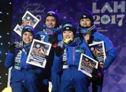 ジャンプ混合団体で銅メダルを獲得した(左から)高梨沙羅、竹内択、伊藤有希、伊東大貴(26日、ラハティ)=共同
