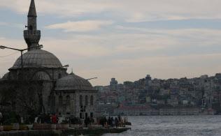 アジアの東西の端の封建国家がそろって憲法制定に動いたのは偶然ではない(トルコのイスタンブールからヨーロッパ側を望む)