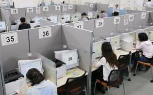 ハローワークで職を探す人たち(東京都港区)