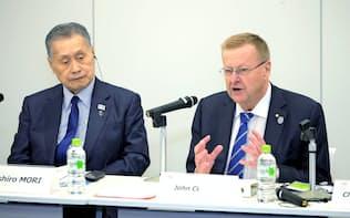 来日したIOCのコーツ副会長(右)。3年後に東京大会を控えた五輪はあり方の見直しを迫られている=共同