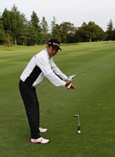 スタンスは飛球線に平行にしても、肩のラインはピンに向くことが多いので注意