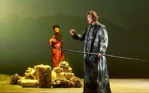 初日にヴォータンを演じるロッド・ギルフリー(右)とローゲを演じる西村悟