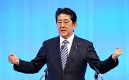 自民党大会で演説する安倍首相(5日午前、東京都港区)