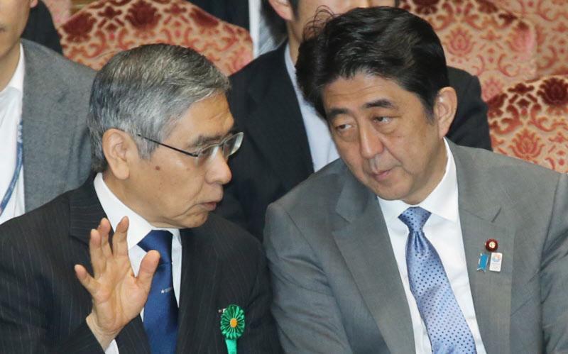 黒田東彦日銀総裁と話す安倍晋三首相