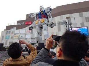 現行のガンダム立像が公開最終日を迎えた5日には大勢のファンが訪れた(5日、東京都江東区)