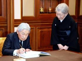 記帳する天皇陛下と皇后さま(5日午後、タイ・バンコクの王宮)=代表撮影