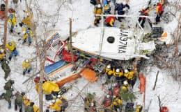 長野県中部・鉢伏山付近の山中に墜落した県の消防防災ヘリコプター周辺で続く捜索活動(6日午前)=共同