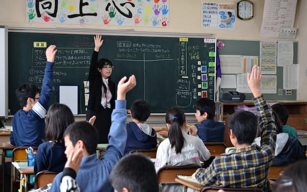 地域の小学校で授業をする上越教育大教職大学院の学生(2016年11月、新潟県上越市)