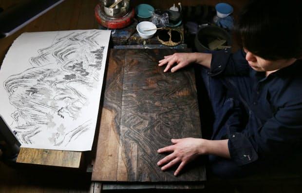 ほこりや墨を取り除いた版木。指で触って彫りの深さや角度を確認する
