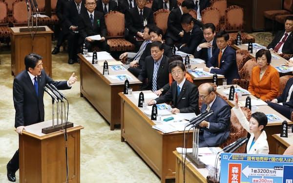 参院予算委で民進党の蓮舫代表の質問に答える安倍首相(6日午後)
