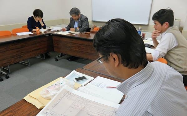 南方熊楠の日記を読む「熊楠関西」の研究者ら(大阪市)