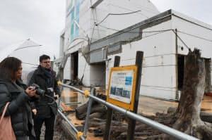 震災遺構「旧道の駅高田松原 タピック45」を訪れた2人(2月23日、岩手県陸前高田市)