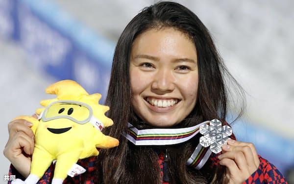 ハーフパイプ女子の銀メダルを手に笑顔を見せる松本遥奈(11日、シエラネバダ)=共同