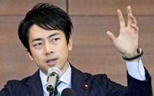 小泉進次郎氏は持続可能な社会構造をつくるためにさまざまなテーマに取り組む(1月、都内の講演)=共同