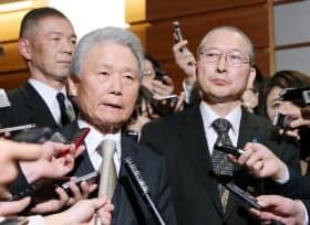 安倍首相との会談を終え、報道陣の質問に答える経団連の榊原会長(左)と連合の神津会長(13日午後、首相官邸)