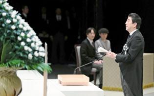 政府主催の追悼式で式辞を述べる安倍首相(11日、東京都千代田区の国立劇場)