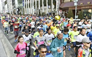 手軽に始められるランニング。東京マラソンには大勢の市民ランナーが参加した=共同