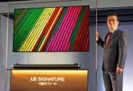 「壁との隙間を最小限にし、全く新しい視聴スタイルを提供する」と語る李仁奎社長