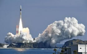 情報収集衛星を搭載し打ち上げられるH2Aロケット33号機(17日午前)=共同