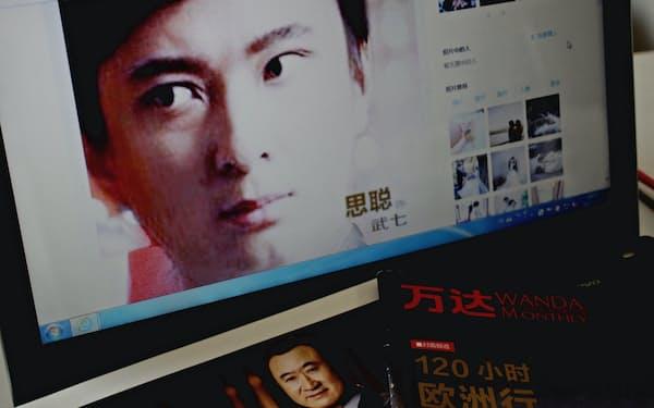アジア一の大富豪、王健林(左下)も息子、思聡(上)の自由な振る舞いに手を焼く(SNS「微博」の王思聡の公式ページから)