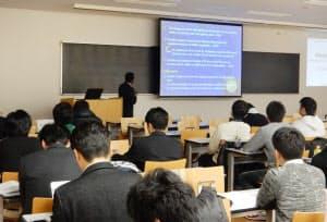 大豆たんぱくで作った飼料について発表するアマル講師(奈良市の近畿大学農学部)