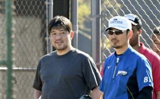 2月上旬に日本ハムのキャンプを訪問し、吉井コーチ(右)と打撃練習を見る野茂氏=共同
