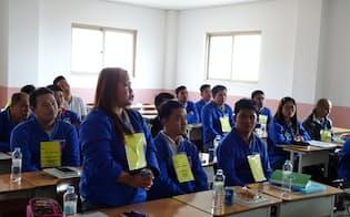 入国後の韓国語研修で、韓国語で家族紹介をするフィリピン人の女性(3月8日、華城市)