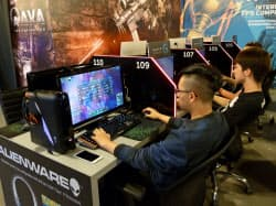 オンラインゲームに熱中する東南アジアの若者(シンガポールのゲームカフェ)