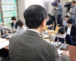 最高裁判決後に記者会見する原告の男性(21日、東京・霞が関)