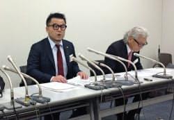 上場した21日に記者会見する河原会長(右)と清宮社長