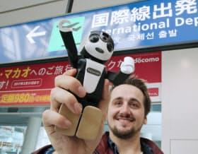 4月から羽田空港で外国人観光客へのレンタルサービスが始まるロボット型スマホ「ロボホン」(22日)