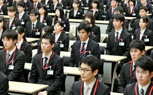 若者たちへ、健闘を祈ります(昨年の日本郵政グループ合同入社式。東京・千代田)