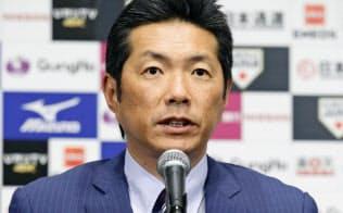 WBCを終え帰国し、記者会見する野球日本代表の小久保裕紀監督(23日夜、東京都内のホテル)=共同