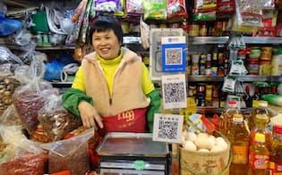 あらゆる店のレジに2次元バーコードを貼り付けた(2月、広州市内の小売店)