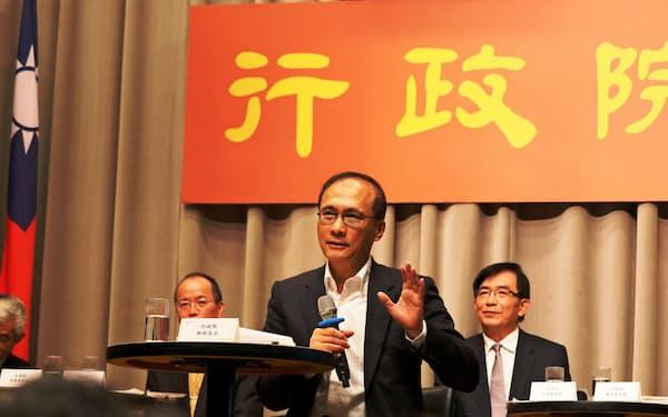 記者会見する林全・行政院長(中)(23日、台北市の行政院)