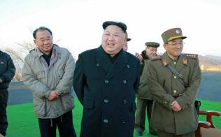 北朝鮮の労働新聞が7日掲載した金正恩朝鮮労働党委員長(中央)の写真=共同