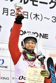 全日本モーグル最終日、男子モーグルで優勝し、表彰式で笑顔の四方元幾(26日、たいらスキー場)=共同