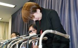 記者会見で謝罪する、てるみくらぶの山田千賀子社長(27日午前、国交省)