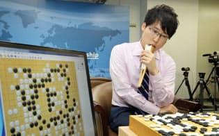 囲碁AI「DeepZenGo」に敗れた井山王座(23日午後、大阪市北区)