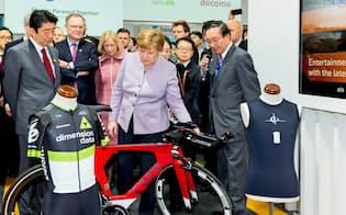 安倍晋三首相(左)とメルケル独首相(ドイツ・ハノーバー)に事業戦略などを説明する鵜浦博夫NTT社長(独IT見本市「CeBIT」で)