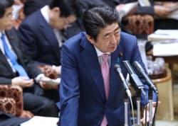参院決算委で答弁する安倍首相(28日午前)