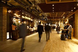大手町に新規開業した飲食ゾーン「よいまち」は立ち飲みできるところもある