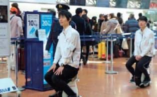 羽田空港出発ロビーを座りながら実正実験する様子(ホンダ)