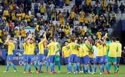 サッカーW杯ロシア大会南米予選のパラグアイ戦に快勝し、喜ぶブラジルイレブン。21大会連続21度目の出場を決めた(28日、サンパウロ)=ロイター