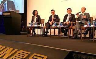 海外M&Aに積極的だった復星の郭董事長(右)は「中国国内に投資する」と方針転換した(29日、香港)
