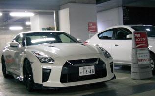日産自動車の高級スポーツ車「GT-R」の利用は休日に集中(都内のレンタカー店)